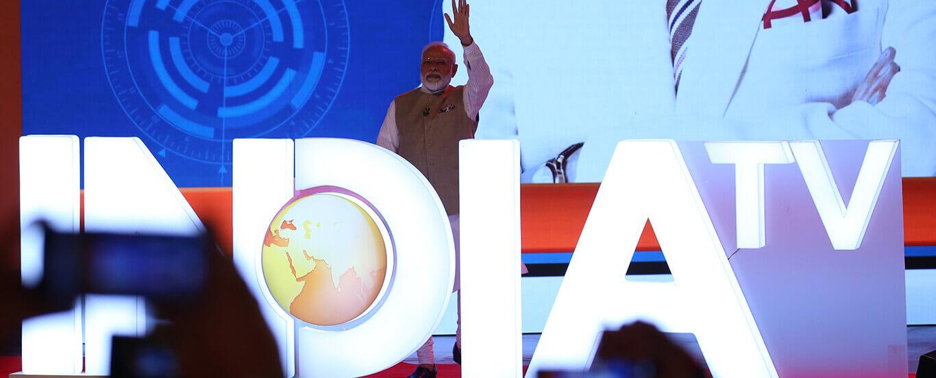 प्रधानमंत्री नरेंद्र मोदी और इंडिया टीवी के एडिटर इन चीफ रजत शर्मा