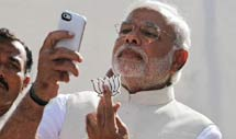 तस्वीरों में देखिए PM मोदी का सेल्फ़ी प्रेम